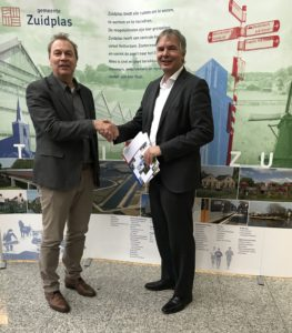 Wethouder Daan de Haas en Fred Verhoogt van Voortouw hebben zojuist de subsidieovereenkomst ondertekend